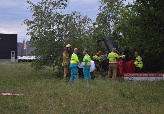 De brandweer moest de bekneld geraakte bestuurder uit de auto bevrijden.