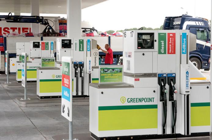 Steeds meer pompstations in Nederland, zoals het onlangs geopende Greenpoint langs de N305 in Zeewolde, bieden Traxx Zero en HVO (blauwe diesel) aan, die duurzamer zouden zijn en beter voor het klimaat.