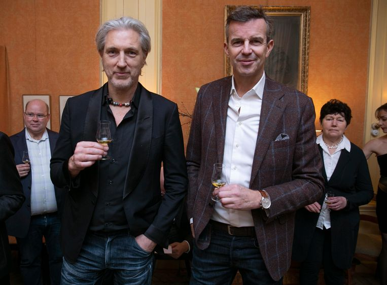 """Ontwerper Marcel Wanders: """"Ik drink net een whisky die zijn laatste jaren heeft mogen doorbrengen in een rumvat."""" Met Paul van der Linden (Society World). Beeld Amaury Miller"""