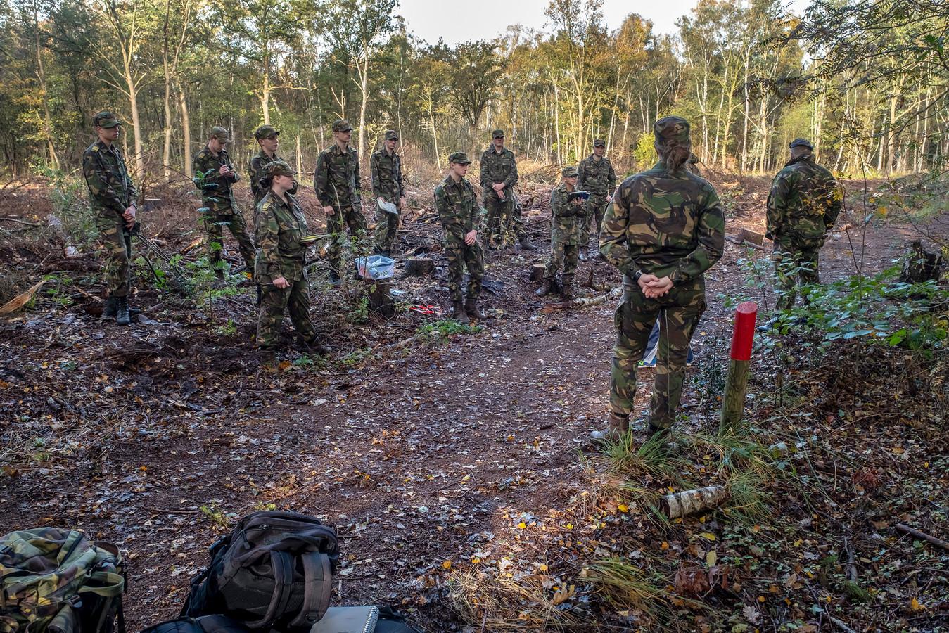 Militairen-in-opleiding van de Boxmeerse locatie van ROC Nijmegen oefenen in het Brestbosch in Boxmeer, waar 200 bomen gekapt zijn.