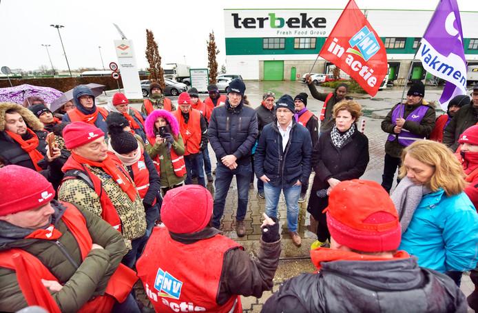 Actievoerende vleesverwerkers, vrijdag in gesprek met de leiding van Ter Beke in Wijchen.