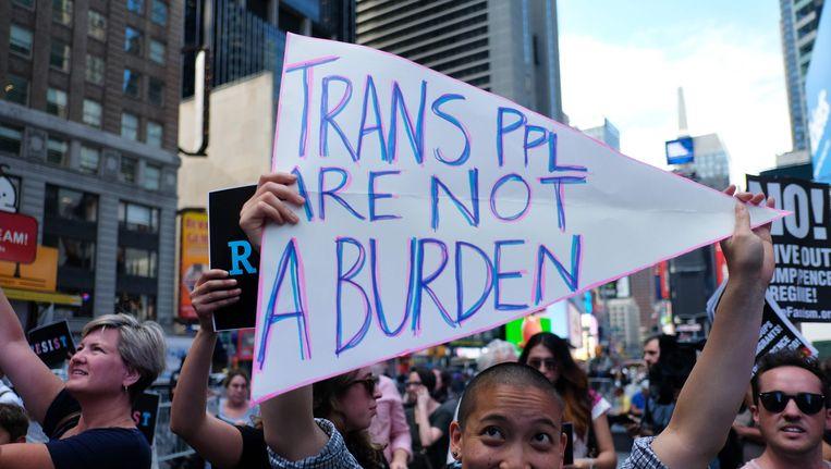 Betoging op Times Square in New York tegen Trumps plan transgenders uit het leger te zetten. Beeld afp