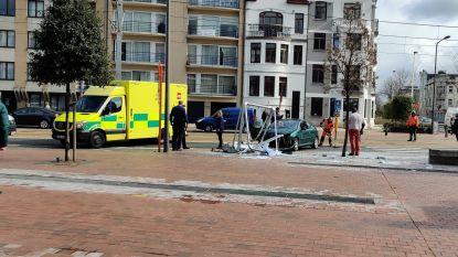 Auto crasht tegen reclamebord: bestuurster lichtgewond, pleintje bezaaid met glas
