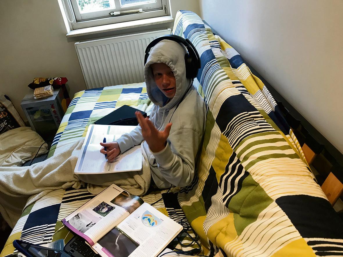 Maarten, leerling van het Jan van Brabant College in Helmond, volgt zijn digitale lessen vanuit de kamer van zijn broer Jasper, die stage loopt in Barcelona.