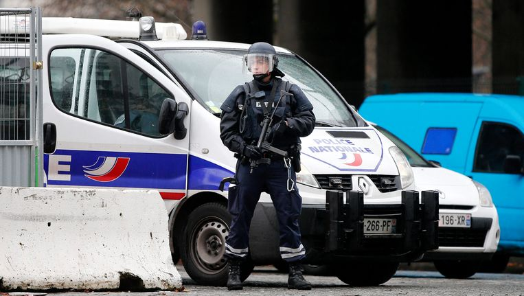 Een agent houdt de wacht bij Porte de la Vilette bij de rondweg van Parijs. Beeld EPA