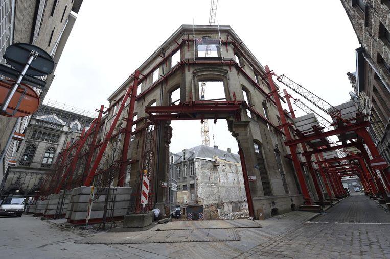 Een bijzonder zicht in de Lange Nieuwstraat: alleen de gevel van de voormalige dienst bevolking staat er nog.