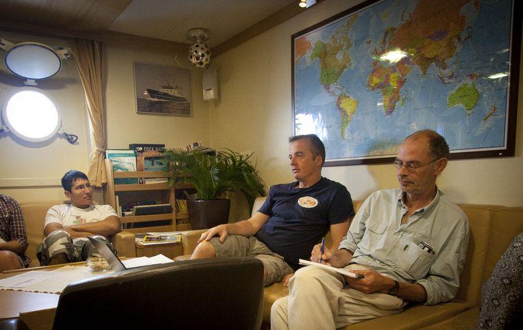 Stuut (midden) en Geert-Jan Brummer (rechts) houden hun team op de hoogte van het expeditieverloop. Beeld Ronald Veldhuizen