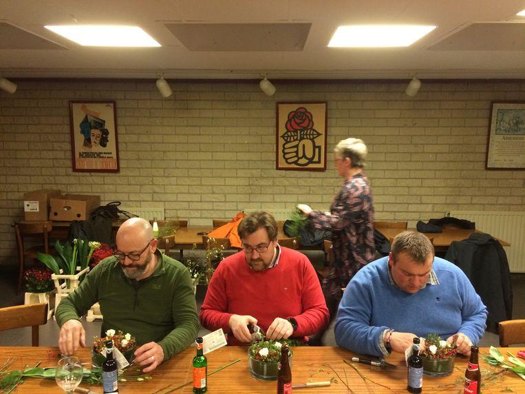 Voor Steve (midden) en Tom (rechts) is het hun eerste deelname aan de workshop bloemschikken, exclusief voor mannen.
