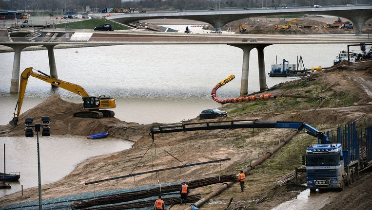 Werkzaamheden op het nieuwe eiland Veur-Lent met de nieuwe brug de Lentloper, die het mooiste uitzicht biedt. Beeld Marcel van den Bergh / de Volkskrant