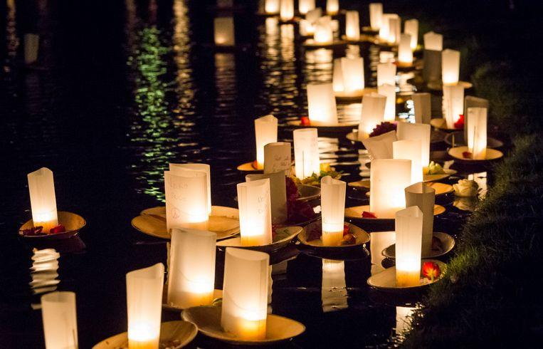 Drijvende lichtjes in de vijver in het Vondelpark, ter nagedachtenis aan verloren dierbaren tijdens Allerzielen.  Beeld ANP
