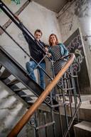 Mieke van Tilburg en Bert Hoogeveen op dé trap in Het Koelhuis: met boven de nieuwe trap en onder de originele trap.