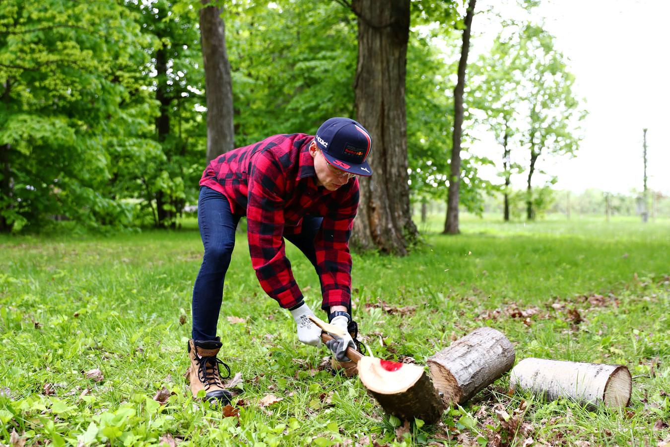 Max Verstappen in de rol als houthakker.