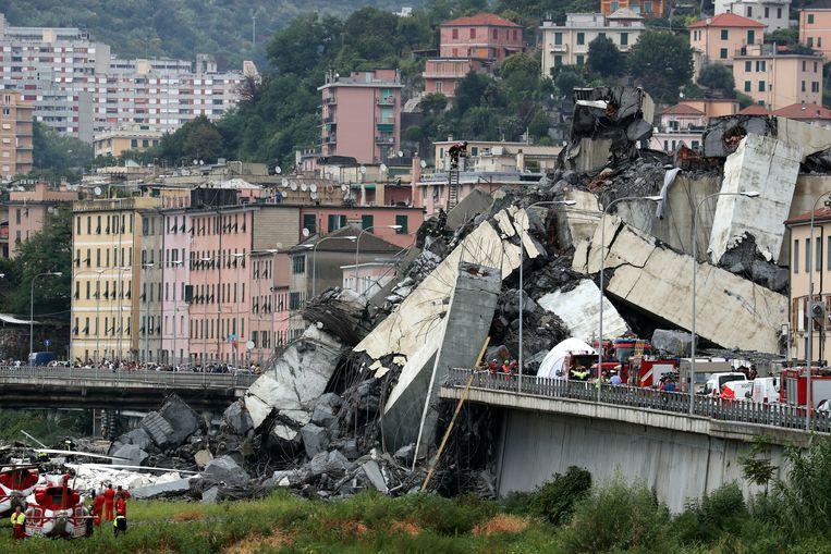 De Ponte Morandi, een vierbaansweg die ook als het Polcevera-viaduct wordt aangeduid, stortte even voor 12 uur in.
