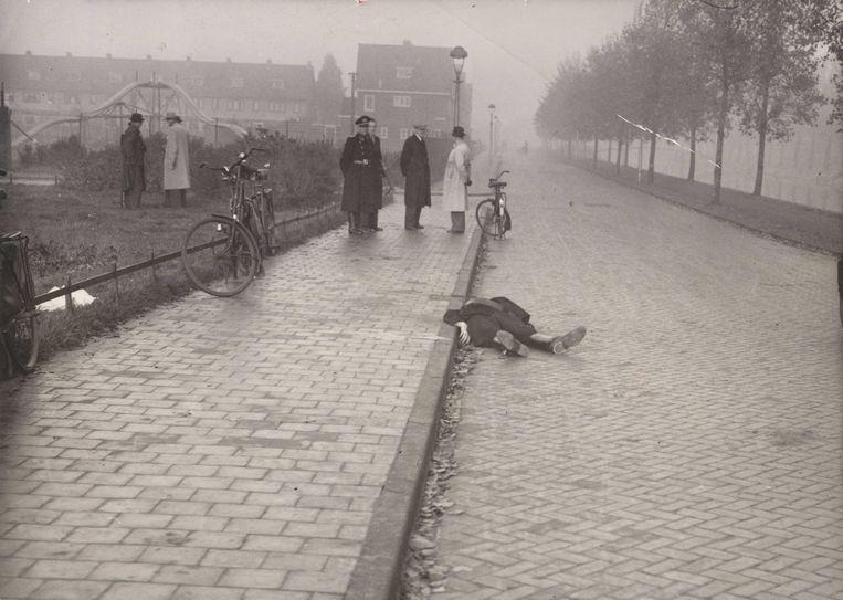 Door het verzet geliquideerde politieman Fake Krist in Haarlem, 25 oktober 1944.  Beeld Fotograaf onbekend, NIOD, Beeldbank WO2