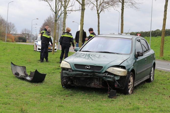 Auto rijdt rechtdoor op rotonde in Nijkerk.