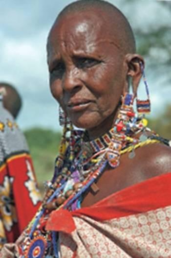 Een traditioneel uitgedoste Masai Mara vrouw.