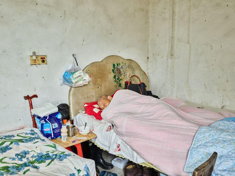 Een ernstig zieke man in zijn laatste levensdagen op het platteland. Beeld null