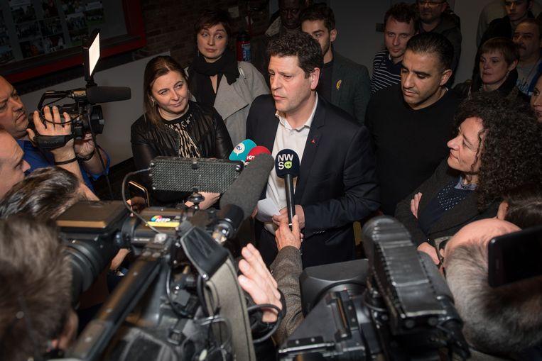 Het duurde uiteindelijk tot ver na middernacht voor Meeuws met het voltallige partijbestuur als ruggensteun de verzamelde pers te woord stond om aan te kondigen dat de Antwerpse sp.a wil doorgaan met Meeuws. Hij neemt dus geen ontslag.