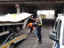 Chauffeurs zijn hardleers: weer vrachtwagen vast onder Waalwijks viaduct