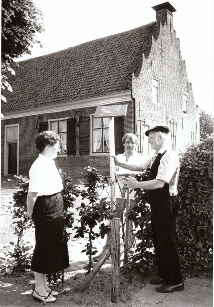 Bordje met toeristische route bij het Trapjeshuis in Veldhoven (3-7-1987).
