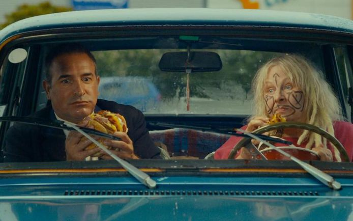 "Jean Dujardin et Yolande Moreau dans ""I feel good""."