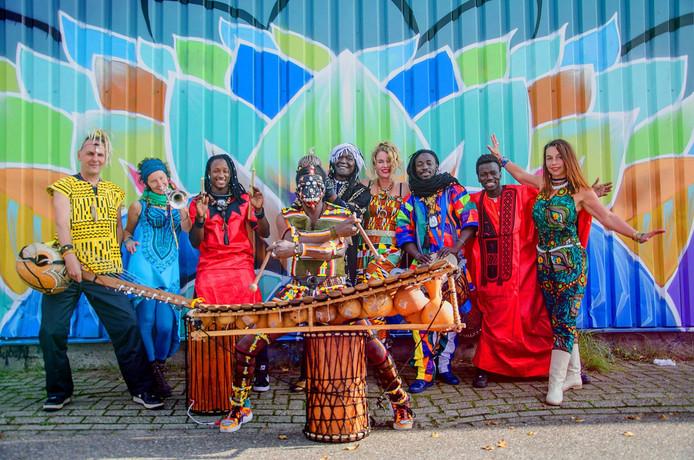 De Afrikaanse muziekgroep Nusodia staat op het festival Rembrandt Fiësta in Almelo.