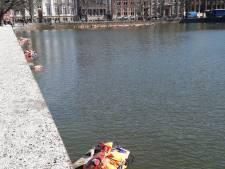 Zwemvesten in Hofvijver ter nagedachtenis aan omgekomen migranten
