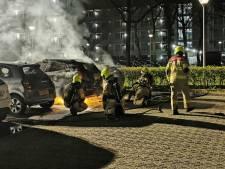 Twee auto's in brand op parkeerplaats bij flat in Wageningen