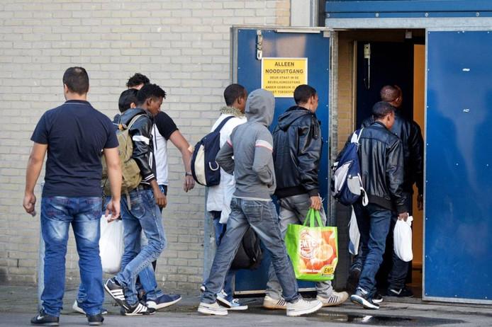 Vluchtelingen uit Eritrea arriveren bij het azc in Ter Apel. FOTO Olaf Kraak/ANP