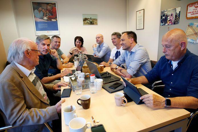 Een fractievergadering van Forum voor Democratie Flevoland in 2019. Alleen Anton de Lange (derde van links) behoort nog tot deze partij. Tweede van links is toenmalig fractievoorzitter Gert-Jan Ransijn, nu JA21.