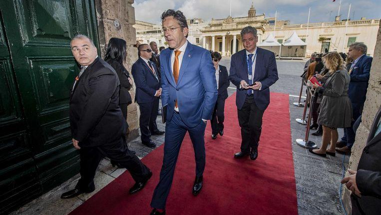 Jeroen Dijsselbloem zaterdag bij aankomst op Malta, waar de ministers van Financiën van eurolanden vergaderden. Beeld Jonas Roosens / ANP