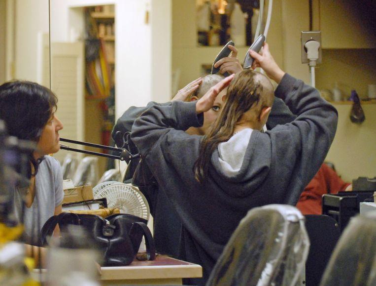 Britney Spears scheert haar hoofd kaal in een kapsalon in San Fernando Valley in 2007.