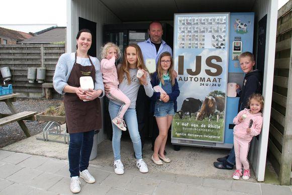 De familie Herrewyn-Delepierre van 't Hof van de Rhille aan hun ijsjesautomaat.