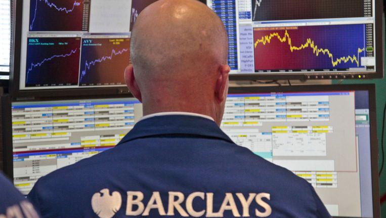 Een beurshandelaar van Barclays houdt de beurskoersen in de gaten Beeld ap