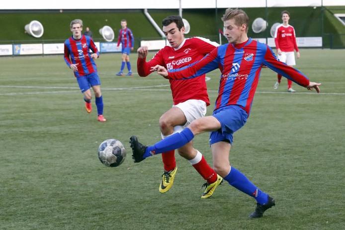 Florian Ross van Brabantia (r) is Joost Claassen van Beerse Boys te snel af.