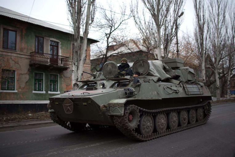 Een armored personnel carrier (APC) rijdt, op 12 november, door het dorp Torez ten oosten van Donetsk. Beeld afp