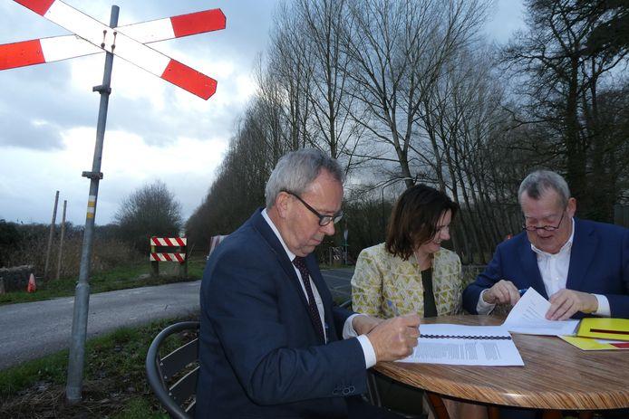 De ondertekening van het koopcontract voor het Duits Lijntje. Een historisch moment. Vlnr: Herman van Wanrooij, Wendy de Wild en Harry van Rooijen.