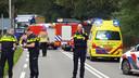 Hulpdiensten schermen de plaats van het ongeval op de N271 af met hun voertuigen.