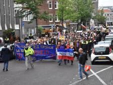 Demonstranten lopen Haagse tocht voor vrijheid door centrum Den Haag