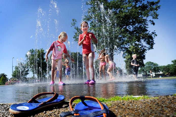 Kinderen zoeken verkoeling in Het Volkspark in Enschede