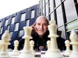 Jesús Medina Molina (50) uit Vleuten wilde meer schaaktafels in parken: 'Ik heb het kunstje geflikt'