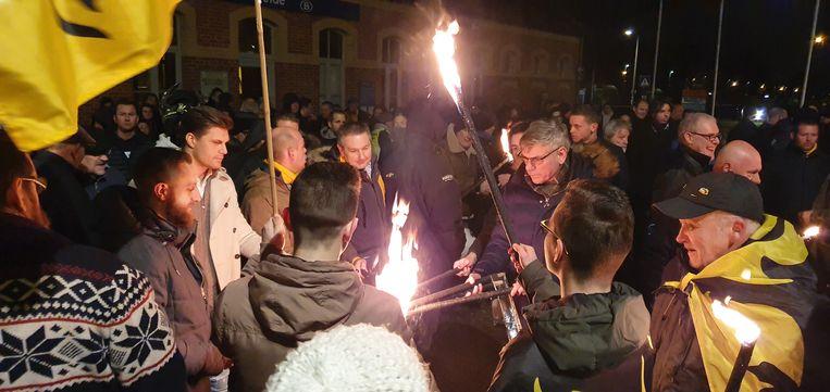 Buurtbewoners en aanhangers van Vlaams Belang, onder wie kopman Filip Dewinter, voerden dinsdagavond actie aan het station van Heide in Kalmthout.