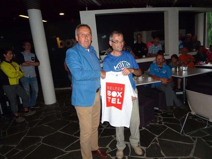 Fred Fisser reikt eerste shirt uit aan Herman van Wanrooij