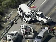 Busje met kerkgangers botst op pick-up: dertien doden