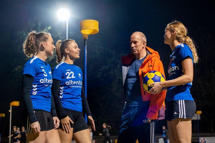 """Oost-Arnhem-coach Ron Steenbergen met Noa Kapteyn, Nynke Lokhorst en Willemien Kragt. ,,Het is goed als er weer eens een ander voor de groep komt te staan."""""""