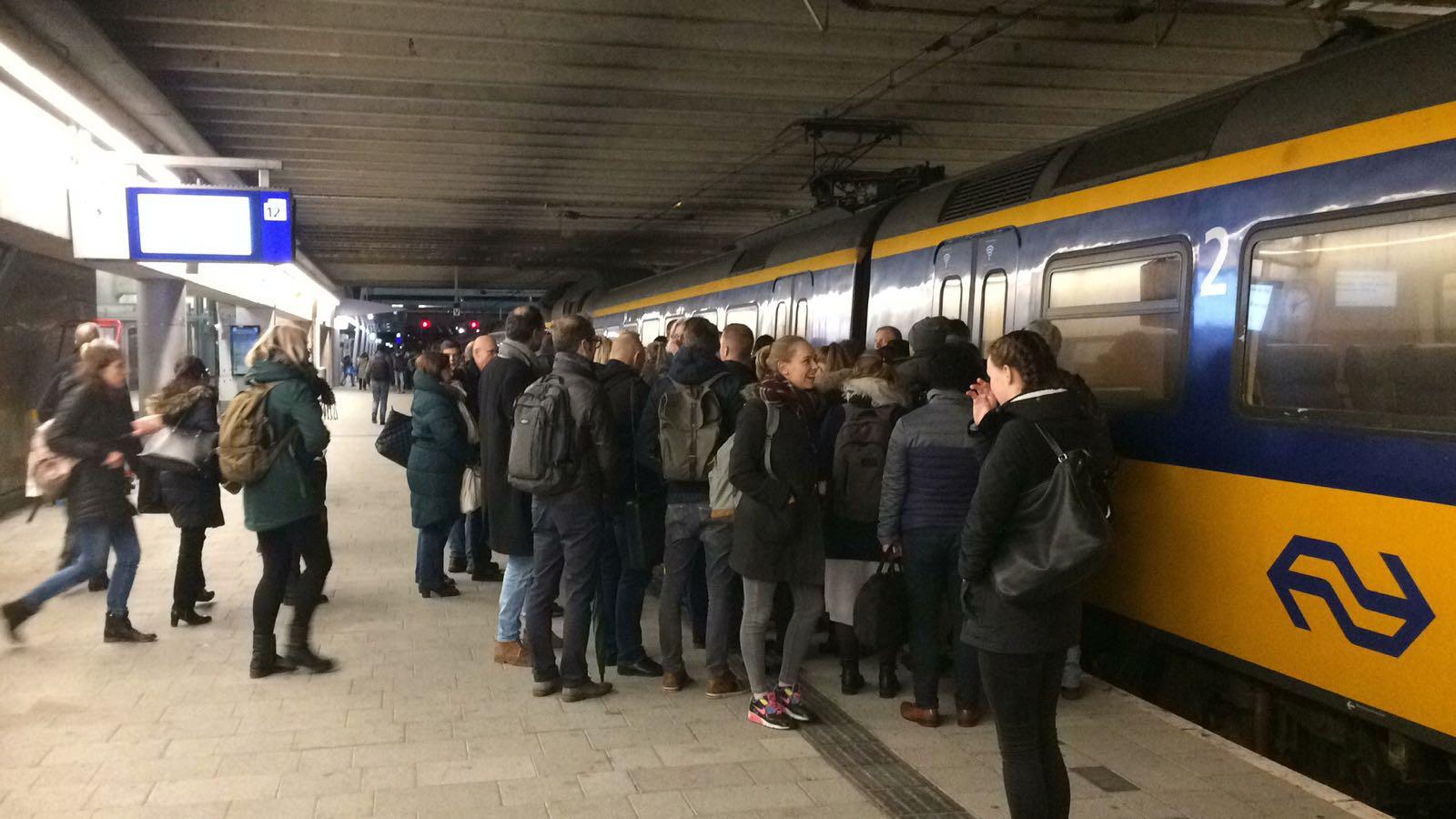 Reizigers staan op Utrecht Centraal tevergeefs voor een trein die nog lang niet gaan rijden.