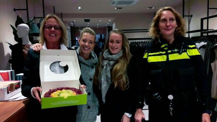 Het personeel van Promiss met de bij het spel boef in de wijk gewonnen taart. Vlnr: Ellen Geschiere, Manon Lucasse, Rachelle van den Berg en wijkagente Joanne Kodde.