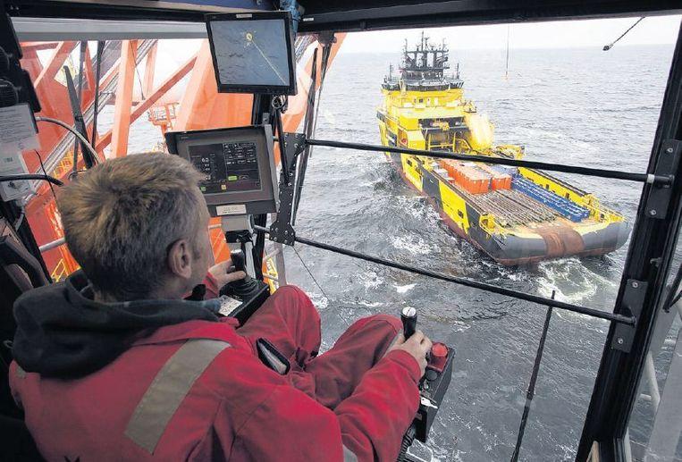 Controle van een schip dat aankomt bij het West Alfaplatform in de Karazee. Beeld ap