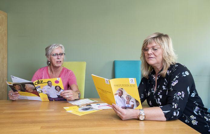 """Susan Mijnen (rechts) en Wilhelmien Schoolderman zijn vrijwilligers van Alzheimer Nederland in Berkelland. """"Voor mensen met dementie is deze coronatijd extra moeilijk."""""""
