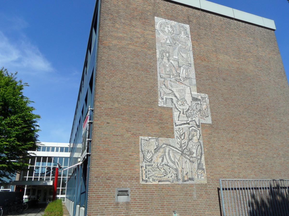 Het mozaïek op de muur van de voormalige MMS, een van de twee die moeten verdwijnen